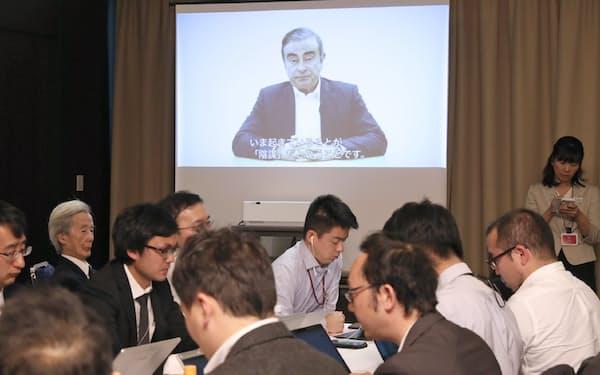 記者会見場で録画したゴーン元会長の声明動画を流すモニター(9日、東京都千代田区)