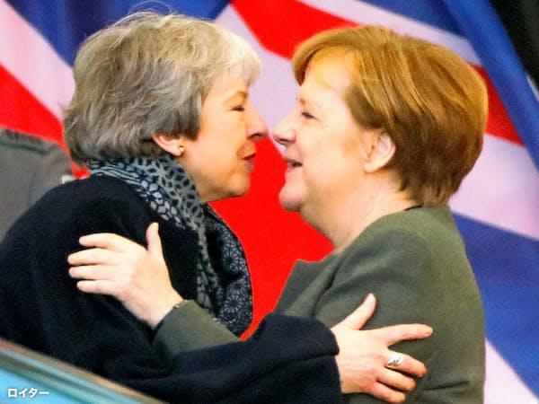 9日、ベルリンで会談したドイツのメルケル首相(右)とメイ英首相=ロイター
