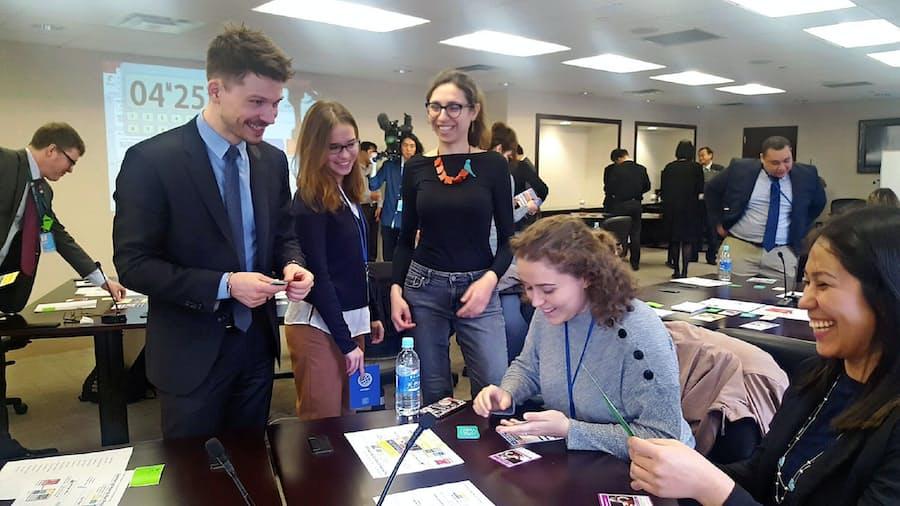 国際交渉、カードゲームで体験 国連で外交官競う: 日本経済新聞