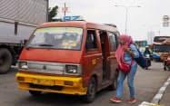 ミニバス「アンコット」は庶民の足として利用されている(インドネシア・ブカシ市内)