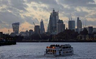 夕焼けのテムズ川を行く船。英国政治の展望の不透明さが市場を覆う=ロイター