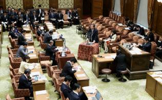 座席が教室型に配列され、全閣僚の席がある衆院第1委員室では予算委員会が開かれることが多い(写真は10日?#25991;?#38307;委)