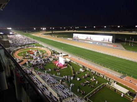 夜を迎え、照明に浮かび上がるメイダン競馬場