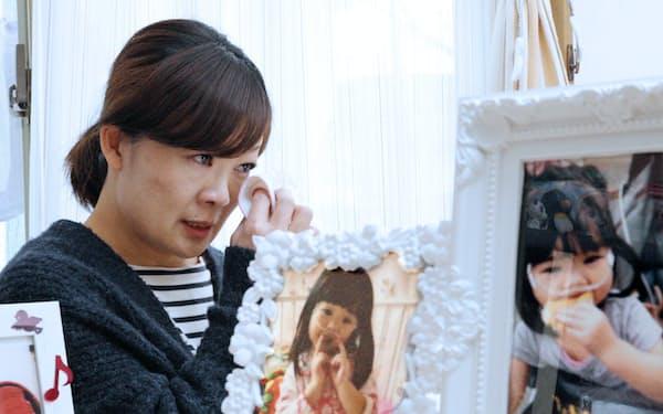 花梨ちゃんの遺影を前に思い出を語る母親の宮崎さくらさん(熊本県合志市)