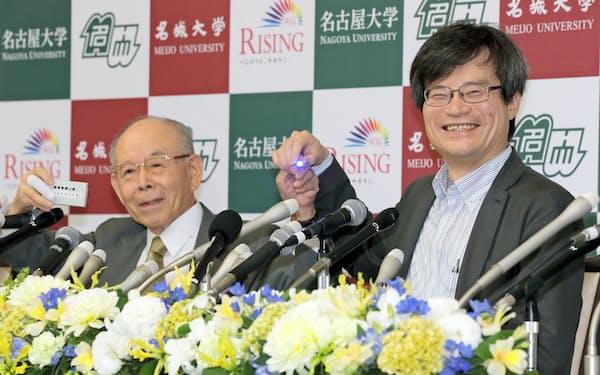 記者会見する赤崎勇さん(左)と天野浩さん(2014年10月、名古屋大)