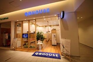 QBハウスは女性客を意識したデザインの店舗を増やしている。写真はダイバーシティ東京プラザ店(東京・江東)