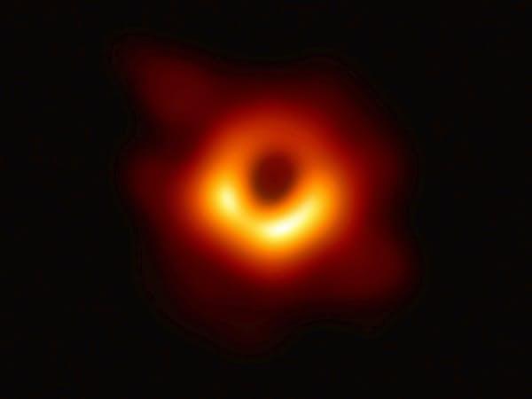 M87銀河の中心にある巨大ブラックホールを撮影した画像。中心の黒い部分がブラックホールの影(EHTコラボレーション提供)