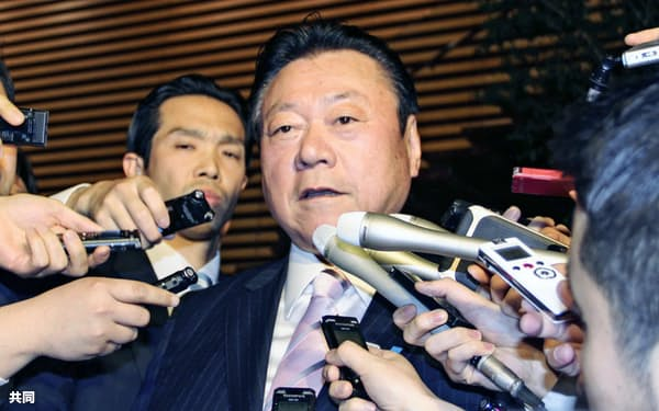 辞表提出後、取材に応じる桜田五輪相(10日夜、首相官邸)
