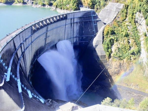 関西電力は2030年代までに再生エネを5割増やす(富山県の黒部ダム)