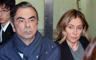 弁護士事務所を出る日産自動車のカルロス・ゴーン元会長(左)と妻のキャロルさん(3日、東京都千代田区)