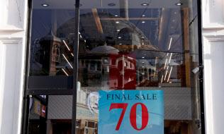 18年9月、通貨安による購買力低下に直面したイスタンブールの店先にはセール実施を知らせる文字が踊った=ロイター
