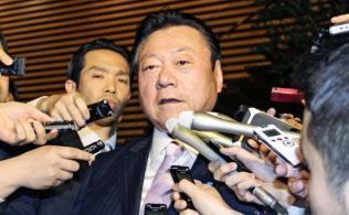 辞表提出後、取材に応じる桜田五輪相(10日夜、首相官邸)=共同