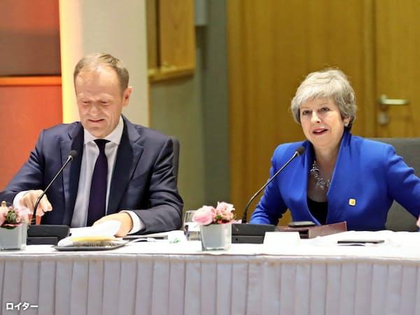 EU臨時首脳会議に参加したメイ英首相(右)(10日、ブリュッセル)=ロイター