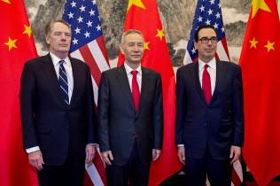 ムニューシン財務長官(右)はライトハイザーUSTR代表(左)に比べて米中協議の見通しに楽観的だ=ロイター