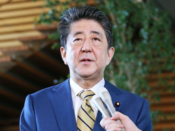 辞任した桜田五輪相の後任について報道陣の質問に答える安倍首相(11日午前、首相官邸)