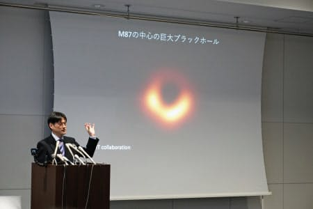 ブラックホールの撮影成功を発表する国立天文台の本間希樹教授(10日、東京都千代田区)
