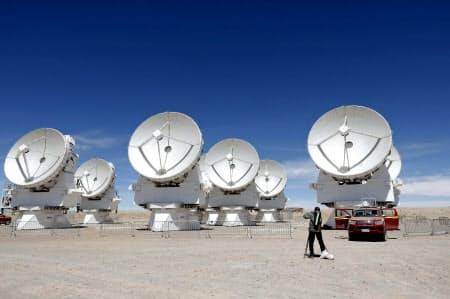 南米チリにあるアルマ望遠鏡の電波アンテナ群(11月、チリ北部のアタカマ高地)=共同