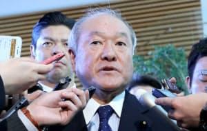 安倍首相と面会後、報道陣の質問に答える鈴木俊一前五輪相(11日午前、首相官邸)
