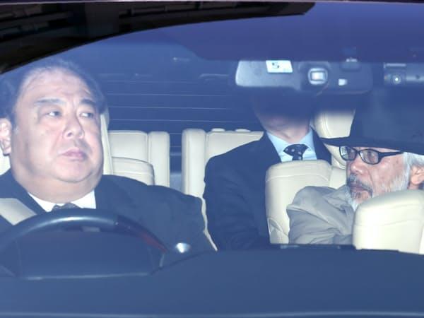 ゴーン元会長の妻、キャロルさんと同じ車両で東京地裁に入る弁護団ら(11日午後、東京・霞が関)
