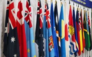 太平洋・島サミット(PALM7)参加国の国旗。太平洋島しょ国を舞台に米中の対決が繰り広げられようとしている=ロイター