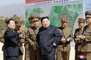 観光地区の建設現場を視察する北朝鮮の金正恩(キム・ジョンウン)委員長(中央)=朝鮮中央通信・共同