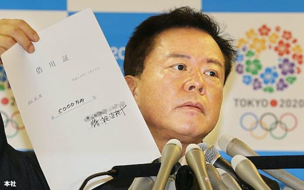 記者会見で借用証を公表する猪瀬知事(2013年11月、都庁)=一部画像処理しています