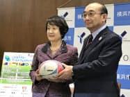 三菱地所は横浜市の小学校にラグビーボールを寄贈する(三菱地所の吉田淳一社長(右)と横浜市の林文子市長、11日、横浜市役所)