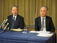 高岡店の閉店を発表する大和の宮社長(左)(11日、金沢市)