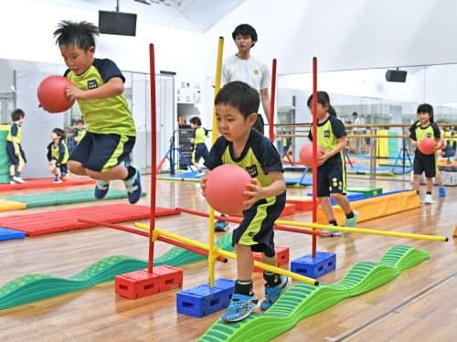 「体育のミカタ」のプログラムでボールを使った運動をする小学生(川崎市宮前区のティップネス宮崎台)