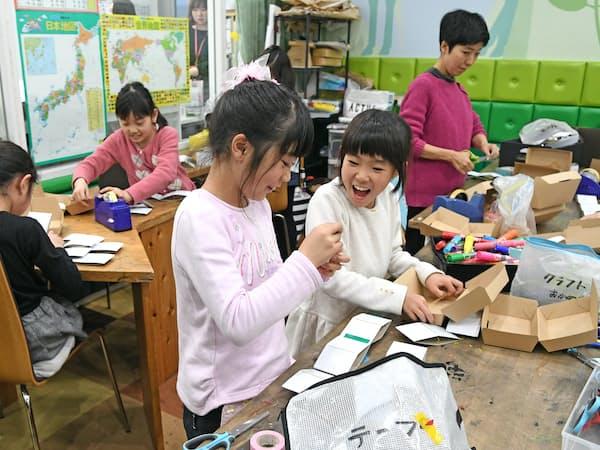 アート&クラフトの知育プログラムでびっくり箱を作る小学生(川崎市宮前区のティップネス宮崎台)