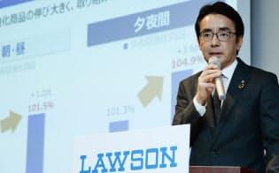 決算を発表するローソンの竹増貞信社長(11日、東京都中央区)