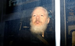 「ウィキリークス」創設者のジュリアン・アサンジ容疑者が英警察に逮捕された(11日、ロンドン)=ロイター