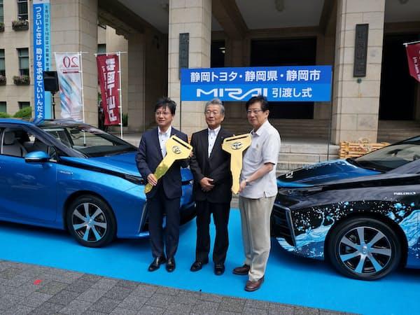 燃料電池車はトヨタ自動車など各社が普及を急ぐ(6日、静岡県庁)
