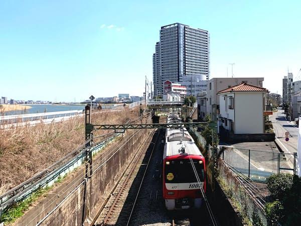 横浜以北の沿線では工場跡地にマンションが建つことが増えている(川崎市)