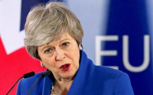 メイ首相には与野党から批判の声が上がる(11日、ブリュッセル)=ロイター