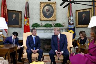 韓国の文在寅(ムン・ジェイン)大統領と話すトランプ大統領=AP