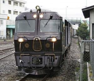 JR九州の豪華寝台列車「ななつ星in九州」(2月、大分県日田市)=共同