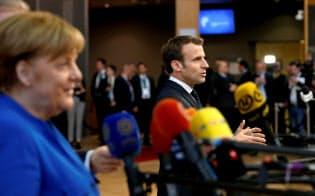 英国のEU離脱を巡って考えが違ってきたメルケル独首相(左)とマクロン仏大統領=ロイター
