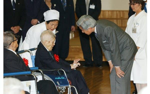 人々と触れ合い、「人間」としてのあり方を示し続けた天皇陛下(2004年1月、沖縄県宮古島市の国立ハンセン病療養所「宮古南静園」)