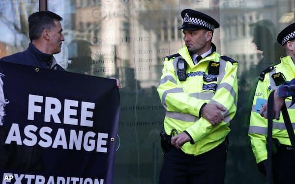 英警察によるアサンジ容疑者逮捕に抗議する支持者(左)=AP