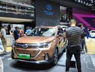 新エネルギー車の販売は大きく伸びた(北京国際自動車ショーに展示した北京汽車集団の新エネルギー車、2018年5月)