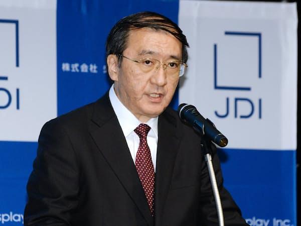 記者会見するジャパンディスプレイの月崎義幸社長(12日、東京都港区)