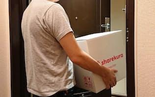 シェアクラを使い、都内の自宅から荷物を倉庫に出す男性