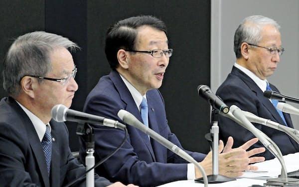 17年7月、十八銀の森頭取(右)とふくおかFGの柴戸社長(中)、親和銀行の吉沢頭取が会見し、統合の無期延期を発表した(福岡市)