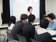 関彰商事の社員は学生に混ざり講義を受ける(10日、水戸市)