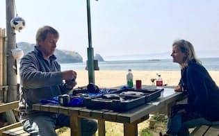 チャベスさん夫婦は、夏季に砂浜沿いでバーを営業する(岡山県笠岡市)