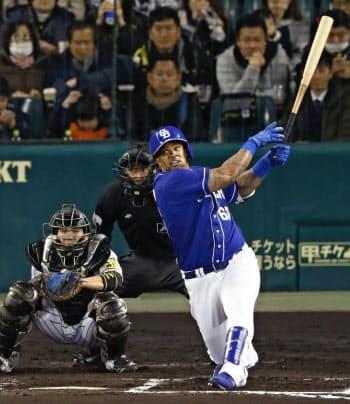 6回中日1死一塁、ビシエドが2打席連続本塁打となる2ランを放つ。捕手梅野(12日、甲子園)=共同