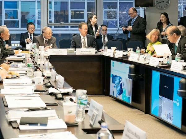 米調査会社と組み、初めて海外で経営者らが議論する会合を開催(12日、ニューヨーク)