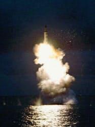 2016年8月に北朝鮮の労働新聞が掲載した、潜水艦発射弾道ミサイルの水中発射実験の写真=共同