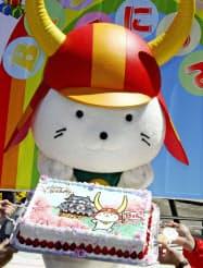 誕生日を祝うセレモニーでケーキを手にする「ひこにゃん」(13日午前、滋賀県彦根市)=共同